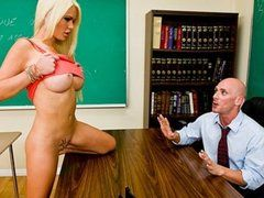 Vollbusige Blondine nuckelt am Lehrerschwanz